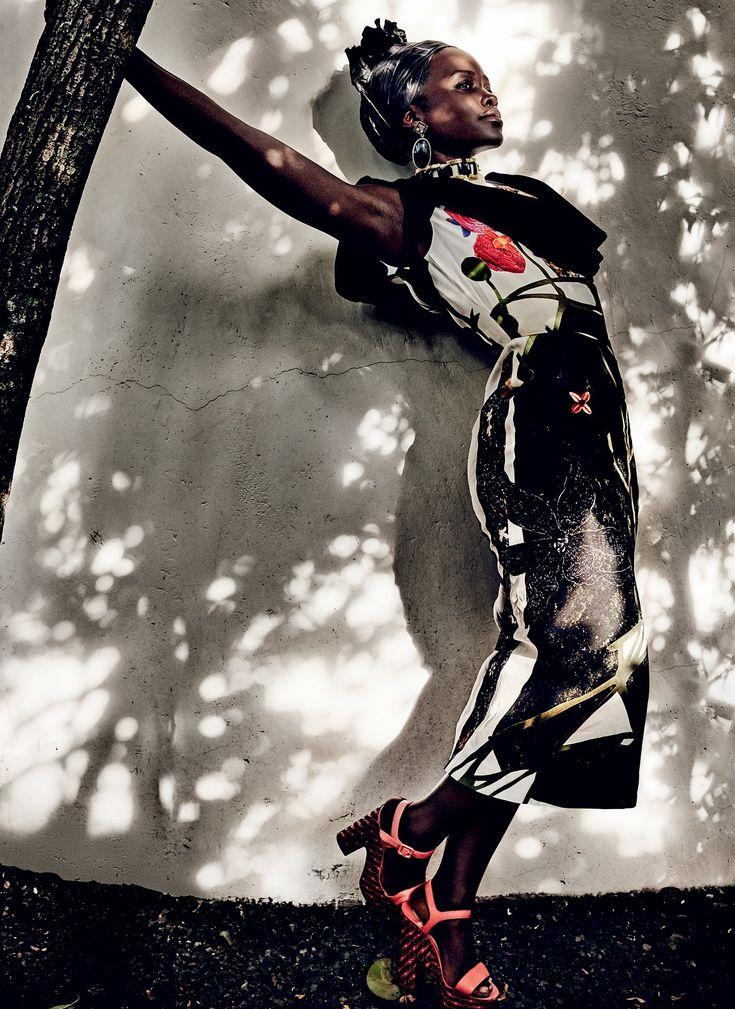 As cotas de beldade foram zeradas por Lupita Nyong'o, pronto, acabou! A atriz estampa a capa da Vogue americana de outubro e fez um ensaio, fotografado pelo Mario Testino, maravilhosamente maravilhoso lá no Quênia – ela é filha de quenianos e foi criada lá, apesar de ter nascido no México. A começar pela capa; olhem …