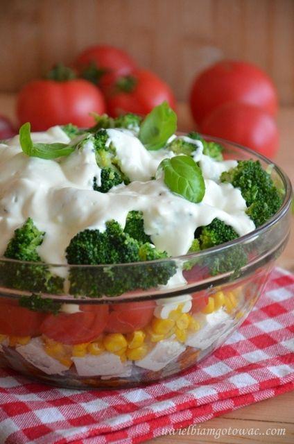 Sałatka z brokułów, kurczaka, fety i pomidorów