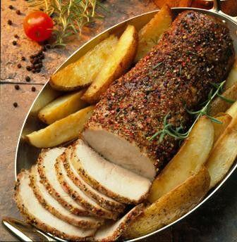 Cómo hacer Cerdo asado. Primero lavamos las patatas y las colocamos en una bandeja de horno con una mezcla de agua, vino y aceite, cubrimos con papel de