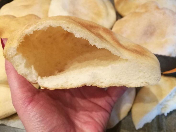 Gluténmentes pita, azaz zsebes lepénykenyér Évától A gyros nagyon sokunk kedvenc étele, de gluténérzékenyként jobb, ha otthon, magunk készítjük. Sokan tartanak a pita sütésétől, pedig egy egyszerű kenyértésztából gyorsan, könnyedén elkészíthetjük Gluténmentes pita receptünkben a trükköt is megtudhatja!