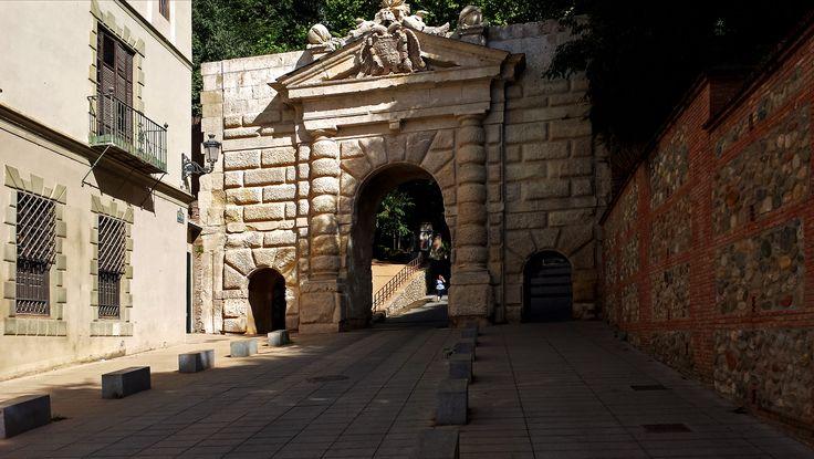 Puerta de las Granadas (Granada). Construida por Pedro Machuca en 1536 bajo petición de Carlos V.  #granada #alhambra #granadatours #andaluciatours #andalusiaguidedtours