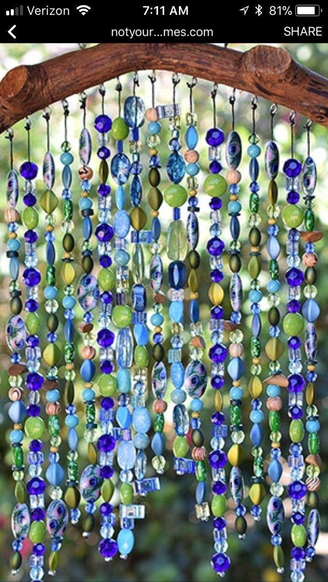 Natürlicher Zweigbogen mit Suncatcher-Perlenvorhang, auf dem die Menschen durchgehen können