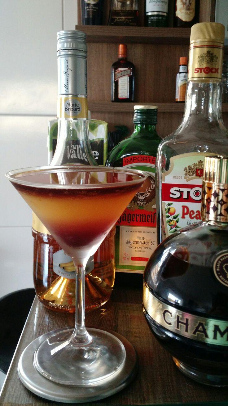 * SEX ON THE HORIZON * - 15 ml. Licor de Banana - 15 ml. Licor de Pêssego - 15 ml. Licor de Framboesa Preta - 30 ml. Licor JÄGERMEISTER® - 45 ml. Suco de Laranja  - Coloque o licor de banana, o licor de pêssego e o suco de laranja em uma coqueteleira com gelo e agite bem. - Sirva em uma taça Martini resfriada. - Com a ajuda de uma colher bailarina, coloque bem devagar, o licor de framboesa preta pela borda da taça, para que ele chegue até o fundo. - Flutue o licor jägermeister sobre a…