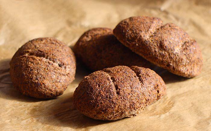 Herzhafte kohlenhydratarme und glutenfreie Low Carb Brötchen mit Leinsamen- und Mandelmehl. Schmecken wunderbar mit Wurst oder Käse als Belag ...
