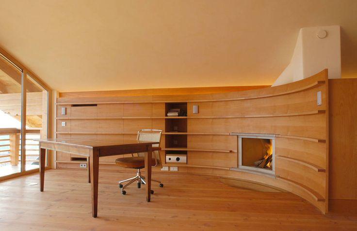Wiejski salon od em Architekten GmbH Nietuzinkowy dom z drewnem w roli głównej! Szukacie inspiracji do stworzenia własnego, wymarzonego domu? Nie mogliście trafić lepiej!   https://www.homify.pl/katalogi-inspiracji/681229/nietuzinkowy-dom-z-drewnem-w-roli-glownej