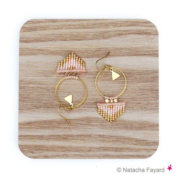 Roze perzik blozen naakt en goud - geweven oorbellen in miyuki delica en micro macrame vormen Creolen pijlen - sieraden ontwerper