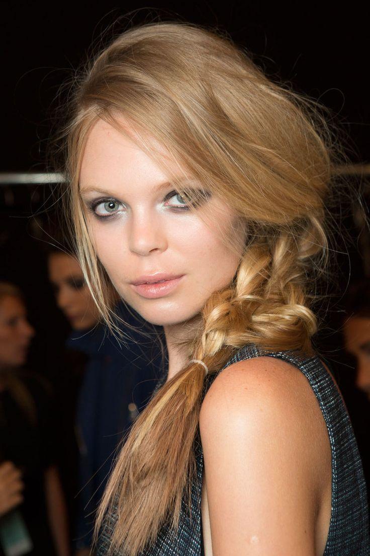 Cette saison, on ose le romantisme ! La coiffure prend des airs poétiques pour le plus grand plaisir de notre chevelure. Tresses, chignons, queue-de-cheval, accessoires… On s'autorise toutes les fantaisies. Et pour faire le plein d'idées, voici 20 coiffures des plus romantiques.