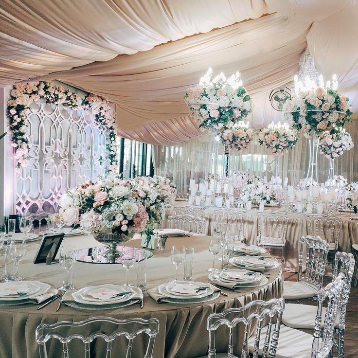 Шикарная флористика с огромным количеством нежных пионов, столь любимых нашей невестой, текстиль цвета топленного молока, прозрачные, почти незаметные стулья - все так идеально отражало романтическую натуру нашей красивой пары! Wedding planner @caramelwedding  Decor @lidseventhouse Sketches @mezhdu_nami_  Photo @ksemenikhin #caramelwedding