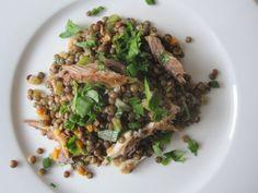 Salade lentilles et maquereau fumé Ingrédients (pour 2)  – 150 gr. de lentilles  – 1 cs d'huile d'olive – 1 échalote, 1 tige de celeri, 1  carotte épluchée et émincée – 1/4 cc de cumin – 2 branches de thym  – 2 feuilles de laurier –  sel  – 1 gousse d'ail hachée  – sel,  poivre – 2 c. à soupe de jus de citron (ou de vinaigre de vin rouge,) – 3 c. à soupe d'huile d'olive  – Un filet de maquereau fumé au poivre – Une grosse poignée de persil et une de ciboulette