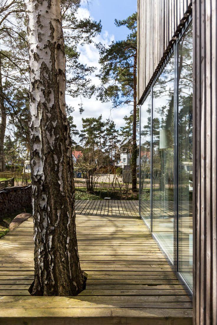 MEERHAUS Das ruhig gelegenes MEERHAUS ist 75 qm groß. Durch den schön gestalteten Eingang betritt man zunächst einen kleinen Flur. Durch eine wunderbar gestaltete Schiebetür, betritt man die sehr gut ausgestattete offene Küche und das von großen Fenstern eingerahmte Wohnzimmer schließt sich an. Von dort hat man einen Ausblick auf die darüber liegende Galerie. Ein …