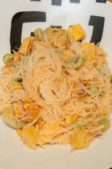 Fideos de arroz agridulces con verduras, tortilla y gambas.. Es una mezcla original y sabrosa que os sorprenderá. http://elbauldelasdelicias.blogspot.com/2016/09/fideos-de-arroz-agridulces-con.html