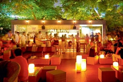 Καλοκαιρινές βραδιές γεμάτες διασκέδαση υπόσχεται το Aegli Garden summer bar, όλο το καλοκαίρι! Ανακαλύψτε τα καλύτερα happenings στην καρδιά της πόλης, με πρωταγωνιστές  αγαπημένους Dj's, επιλεγμένες μουσικές, απολαυστικά cocktails και μοναδικές εκπλήξεις για όλους! Κάθε Τρίτη, η διασκέδαση στο Aegli Garden γίνεται γυναικεία υπόθεση! Σε συνεργασία με τα καταστήματα καλλυντικών SEPHORA, προσφέρει σε όλες τις γυναίκες μοναδικά προνόμια, πλούσια δώρα και  1 + 1 ποτό δώρο!