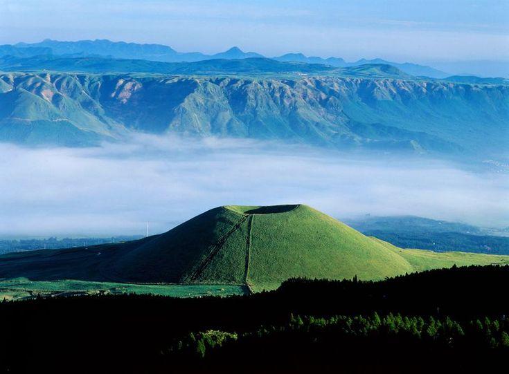 阿蘇を旅行するならレンタカーを借りてドライブするのがおすすめ。道もよく整備されていて走りやすいので、初心者さんやペーパードライバーさんも安全運転を心がければ問題なく楽しめます。阿蘇にはミルクロードやパノラマラインといった素晴らしい景色のドライブルートが整備されています。雲海や緑のビロードのような草千里を見ながら、爽快な旅に出かけましょう!