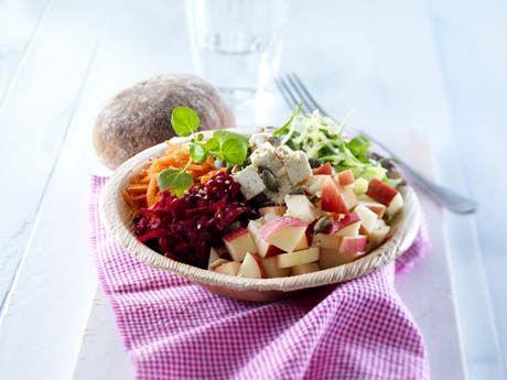 Kohberg.dk   Skøn kålsalat med rødbede, feta, græskarkerner og Kohberg Rugmild