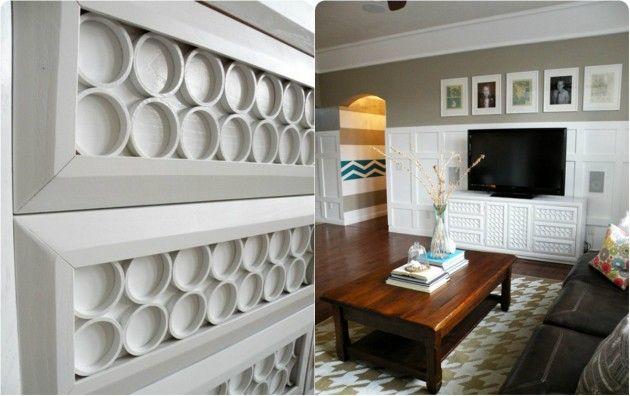 Тонкие кольца ПВХ. Пиленые пластиковые водопроводные трубы можно использовать в качестве интересных покрытий поверхностей - мебели или стен