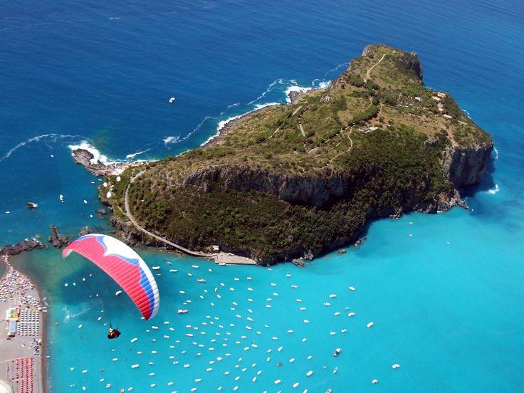 Parapente sobre la Isla de Dino (Calabria). ¿Te gustaría probarlo?