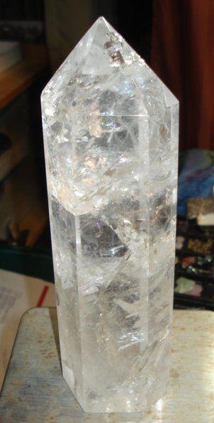 A generátor kristályok segítenek koncentrálni, összegyűjteni és fókuszálni az energiát. A generátor, vagy más néven projektor kristályok (természetes, nem gyárilag előállított) nagyon ritkák, jellemzője, hogy mind a hat lapja szinte tökéletesen egy pontban végződik a kristály csúcsán és a csúcs lapjai háromszögeket formáznak. Méretük lehet pár centiméter, de akár háztömbnyi is.
