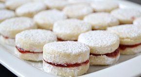 Křehké vanilkové cukroví lepené marmeládou. U nás doma je milují všichni. Krásně se rozplývají na jazyku a z krabičky zmizí jako první.