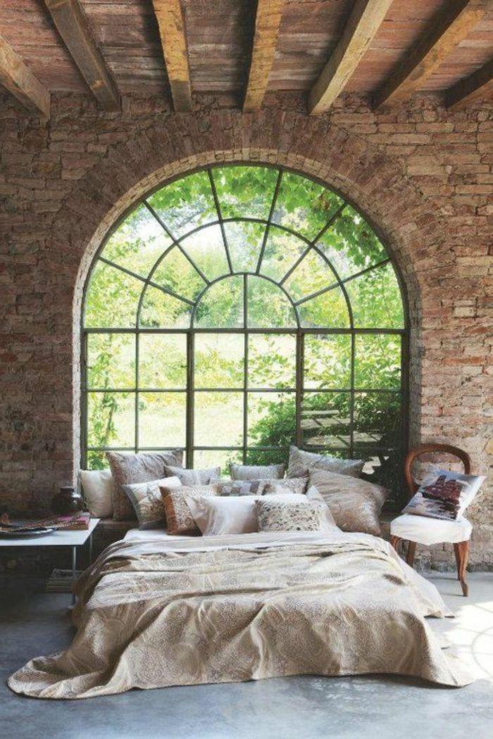 suite parentale lit avec couverture de lit beige, fenetre grande , sol en lino, plafond en bois