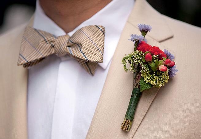 Foi-se o tempo em que o cravo reinava sozinho na lapela dos noivos. A florista Ana Malta criou uma boutonnìere com brotos de hortênsia, celósias, hipéricos e ásters