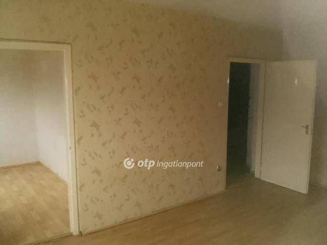 A központhoz közel, rendezett panelházas, belvárosi környezetben eladó egy 35 m2-es, másfél szobás lakás. Bejárati ajtó cseréje megtörtént, egyéb, nagyo...