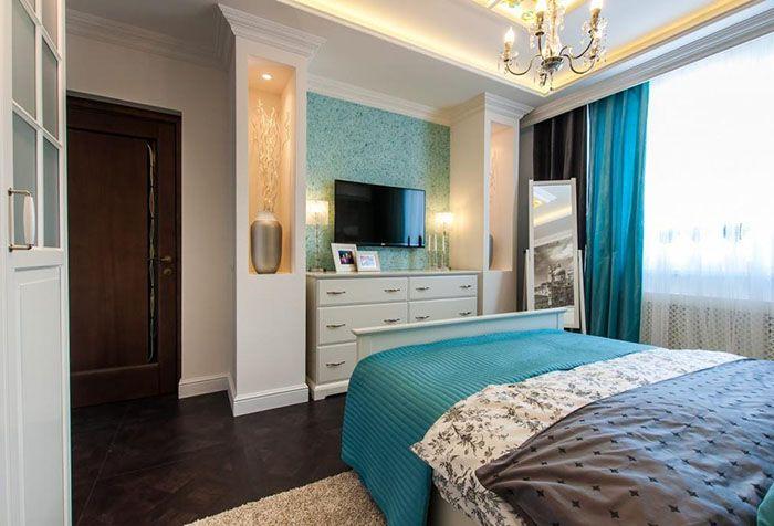 Одна стена с бирюзовыми обоями в спальне