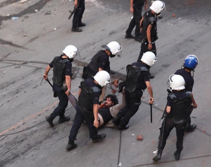 Twitter / hamzaaktan: Polis, gazeteci arkadaşımız  Gökhan Biçici'yi darp etti, yerlerde sürükledi... Gökhan hala gözaltında..