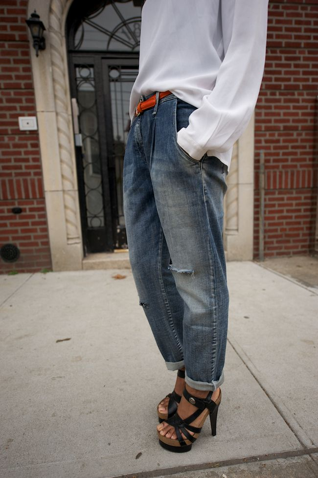Slashed boyfriend jeans and bright skinny belt