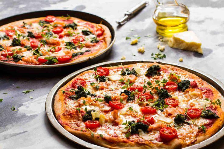 Pizza orkiszowa z łososiem i szpinakiem  #smacznastrona #przepisytesco #pizzaorkiszowa #mniam #szpinak #łosoś