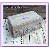Ξύλινο χειροποίητο κουτί ευχών για τη βάπτιση της μικρής σας πριγκίπισσας. Στο επάνω τμήμα υπάρχει η κορώνα που περιμένει την πριγκίπισσα της και στο