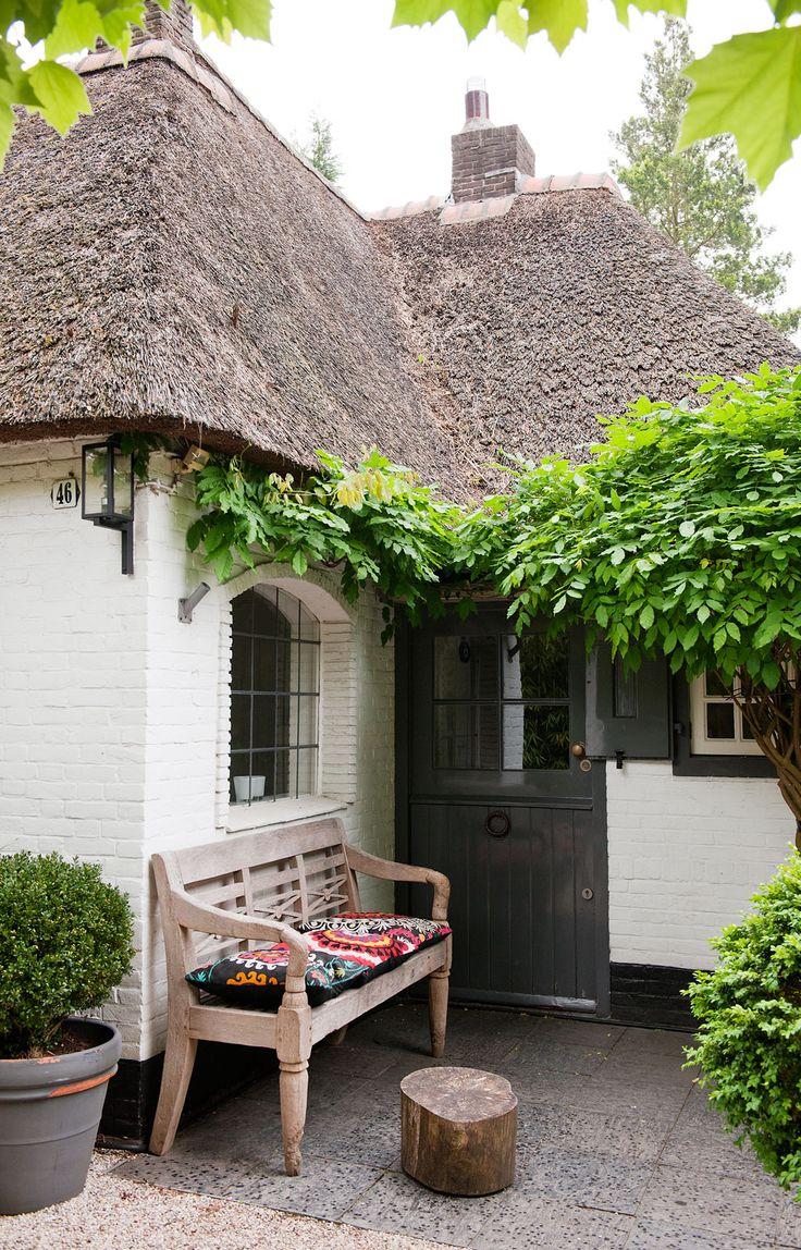 Studio house in Laren | Photographer: James Stokes Styling: Frans Uyterlinde | vtwonen oktober 2012 #vtwonen #magazine #interior #outdoor #reed #stool