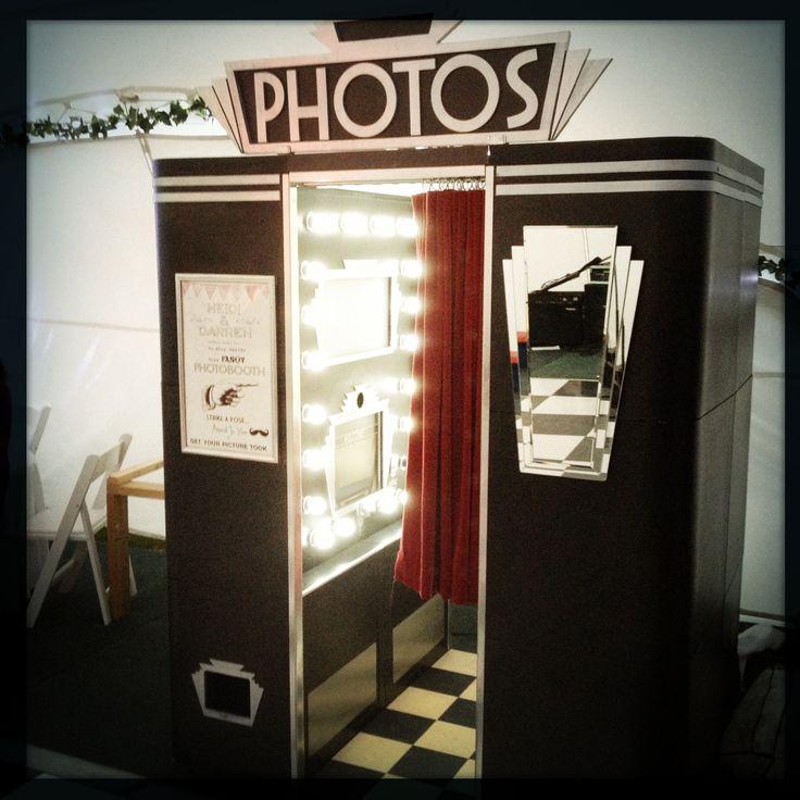 Una cabina de fotos ambientada con estilo Art Deco. ¿Sabías que @La Fotoneta ofrece personalizar su cabina por completo para tu fiesta? Contactálos en http://lafotoneta.con. #photobooth #ideasparaquinces #booth #party #quinceaneras #quinces