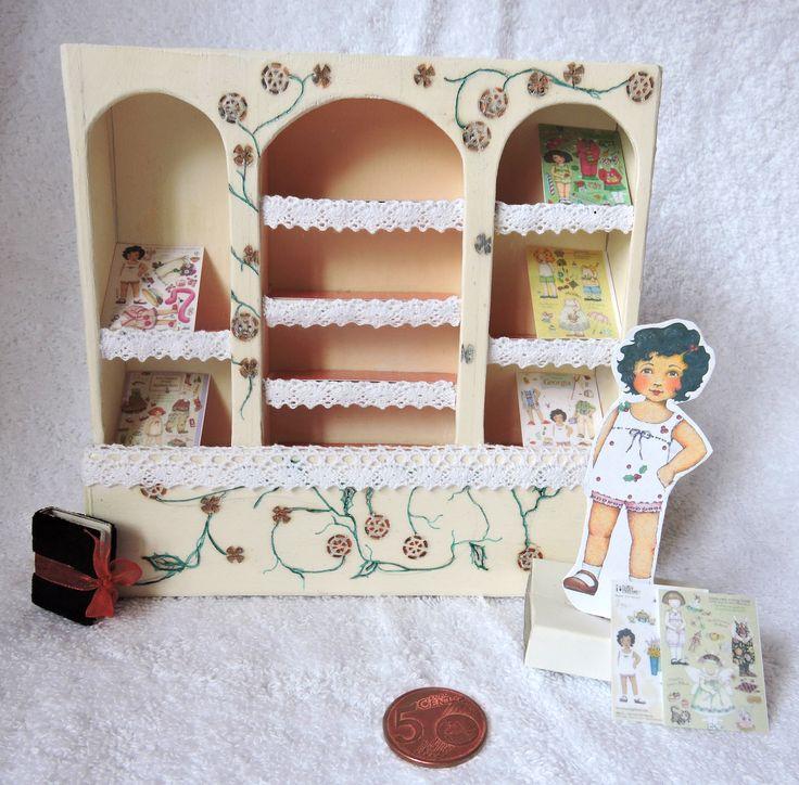 Miniatuur winkel kast met aankleed pop.