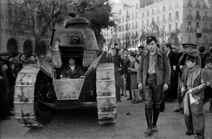 Un tanque de la Brigada 40 en la plaza de Neptuno, Madrid, 1937.