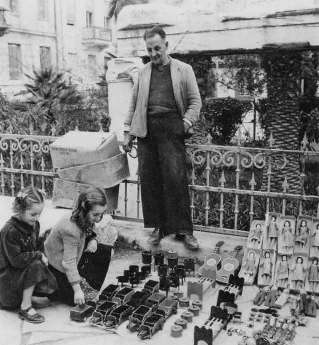 Αθήνα, Πλάκα, πλατεία Αγίας Αικατερίνης, μάλλον παραμονή ή ανήμερα της Αγίας Αικατερίνης, δεκαετία του 1950, φωτογράφος Δ. Χαρισιάδης.