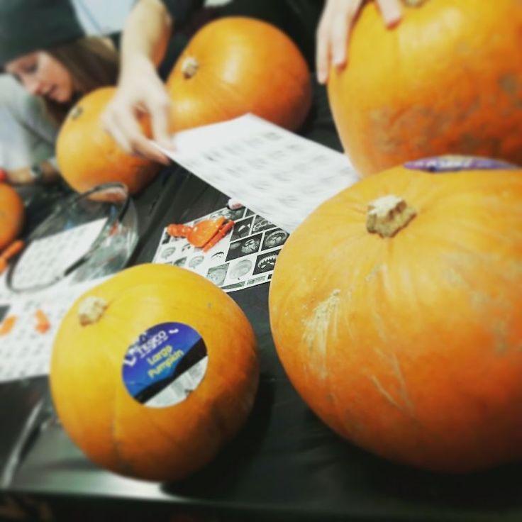 [아일랜드 D71] #Halloween_party in Atlantic 처음으로 #pumpkin_carving 해봤는데 호박 속 파내는게 생각보다 너무 어려웠다... 중간중간에 만드는 과정 사진찍고 싶었는데 손이 너무 더러워서 도저히... 주말bank holiday할로윈데이까지 origin에서 재밌게 즐겨봅시다  #halloween #ireland #galway #아일랜드 #골웨이 #memorizing_now_galway