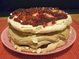 Tort bezowy z kremem kakaowym i konfiturą z czerwonej porzeczki,cakes