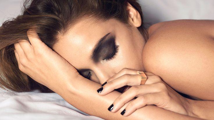 Wakker uit zien zelfs als je moe bent Een wit oogpotlood is handig om voor open ogen of wakkere blik te zorgen. Breng het oogpotlood aan in de ooghoekjes aan (de kant van je neus)... http://www.emeral-beautylife.nl/open-je-ogen-met-make/
