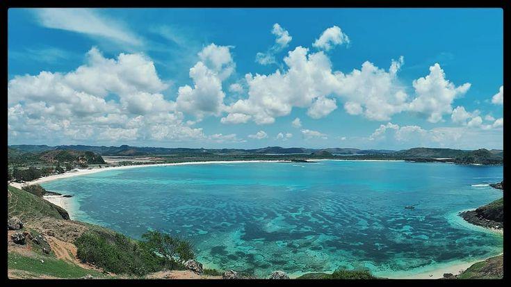 Dari ketinggian Bukit Merese kita bisa melihat garis pantai Tanjung Aan.  Pantai Tanjung Aan bagi saya adalah salah satu pantai terindah di Lombok dengan pasir putih sehalus tepung.  #Blohisme  #ngaku2traveler