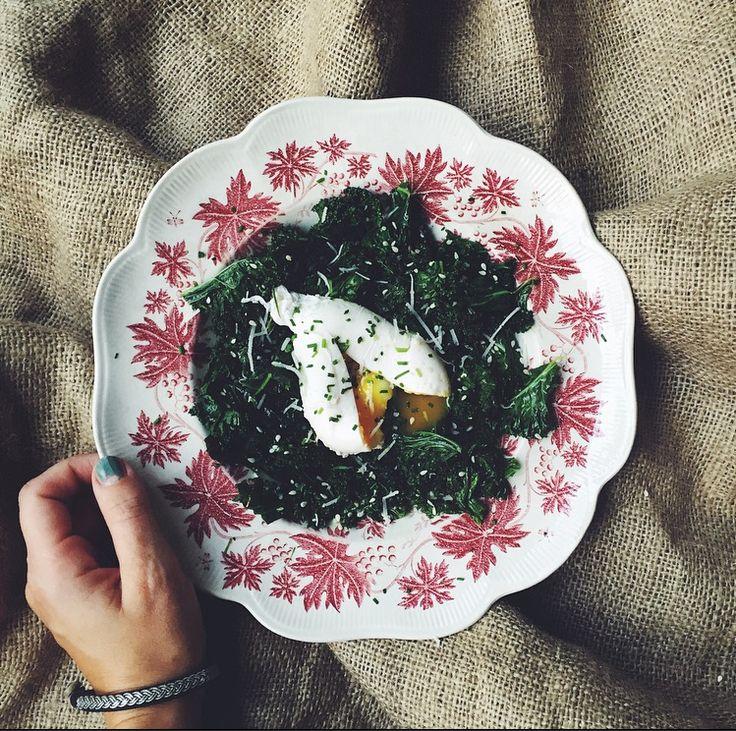 Smörstekt grönkål med pocherat ägg, Pecorino och gräslök