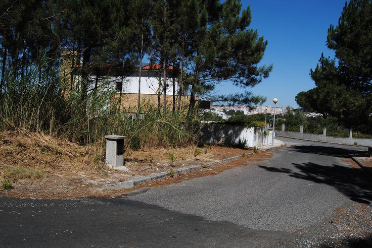 Lote de terreno c/ 647 m2 - a 2 kms do centro da cidade de Caldas da Rainha  Localizado na periferia da cidade, à saida da cidade em direção à Foz do Arelho em zona residencial e muito sossegada.
