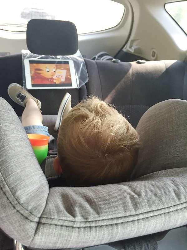 Placez votre tablette dans un sac en plastique au dos du siège conducteur pour que les enfants regardent leur film préféré tranquillement dans la voiture. 14 Astuces de parents pour préparer un long trajet en voiture avec les enfants