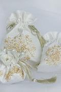 Portagioie con fiori ricamati a mano color miele su shantung bianco
