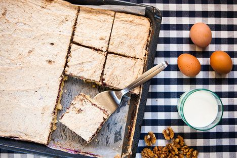 Jemné řezy s ořechy a marmeládou chutnají neodolatelně, se sklenicí mléka nebo kávou ladí dokonale; Jakub Jurdič
