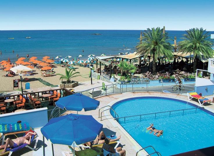 Het appartementencomplex Eleni Beach biedt u de mogelijkheid om heerlijk te genieten bij het mooie zwembad of lekker te zonnen op het strand.    Het complex is fantastisch gelegen, slechts door de boulevard gescheiden van het strand. Diverse gezellige bars, taverna's en winkels in de directe omgeving. Dit bijzonder aantrekkelijke appartementencomplex ligt aan de gezellige boulevard met Stalis, direct bij het mooie brede zandstrand.    Officiële categorie A