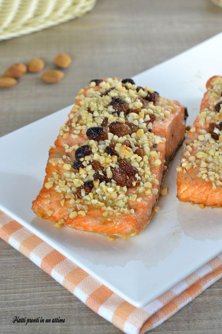 Il salmone con mandorle ed uvetta è un secondo piatto ricco di gusto e di sapore ed anche salutare; è perfetto da portare in tavola in mille occasioni.