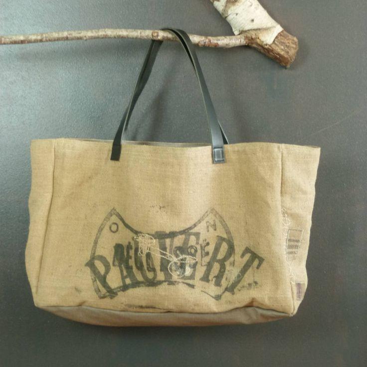 Panier taille extra large forme cabas de plage en jute vintage (ancien sac en jute à grains publicitaires recyclés) pièce unique artisanat de la boutique MADEinPERCHE sur Etsy