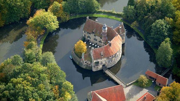 Die Burg Vischering liegt im Münsterland, Nordrhein-Westfalen. (Quelle: imago/Hans Blossey)