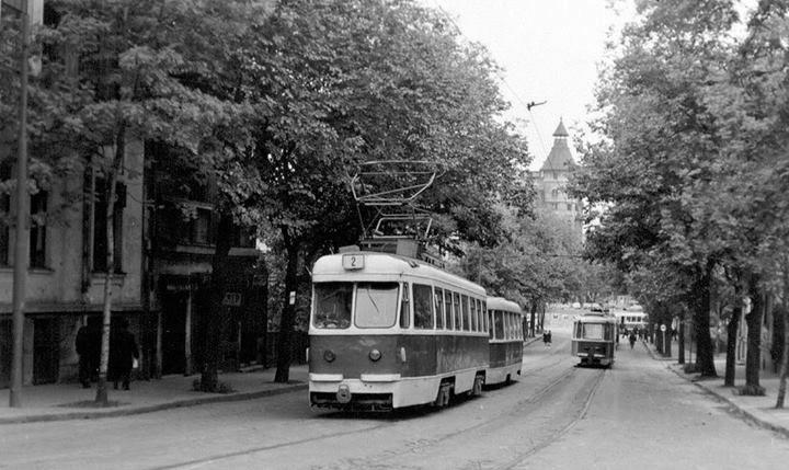 Bucureşti Strada Uranus (partea dinspre Podul Izvor a purtat numele de Principele Mircea). În fundal, Palatul Ligii Culturale (1926-1929) foto: Dan Vartanian, 1978