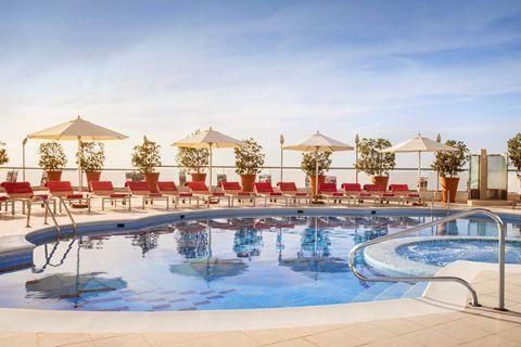 Towers Rotana  Description: Ligging: Towers Rotana ligt op ongeveer 4 kilometer van Dubai Mall en op circa 12 kilometer van het strand Kite Beach. Het hotel biedt een gratis shuttleservice naar Kite Beach. Op ongeveer 200 meter vindt u een metrostation en een bushalte. Faciliteiten: Towers Rotana telt 375 kamers verdeeld over 2 gebouwen met maximaal 30 verdiepingen. U vindt er een lobby met zitjes liften en een 24-uurs receptie. Voor uw maaltijden kunt u terecht in het buffetrestaurant of in…